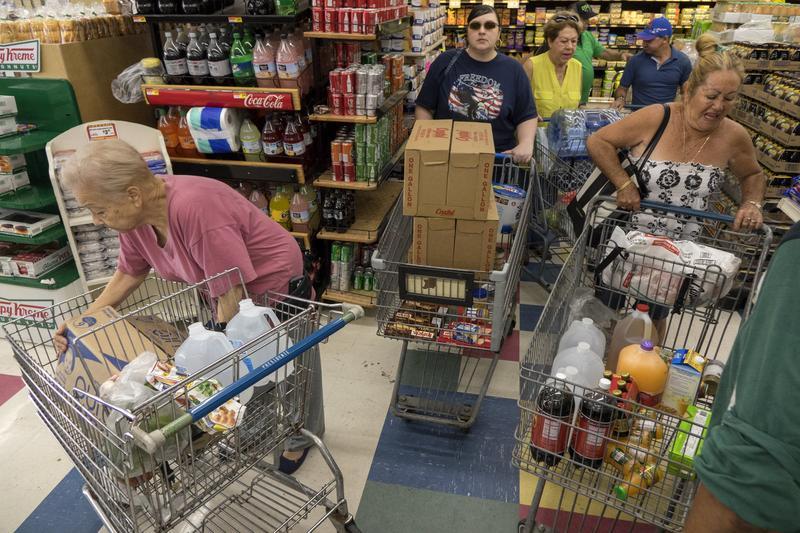 史上最強颶風「艾瑪」來勢洶洶,美國佛州超市出現搶購物資潮。(東方IC)