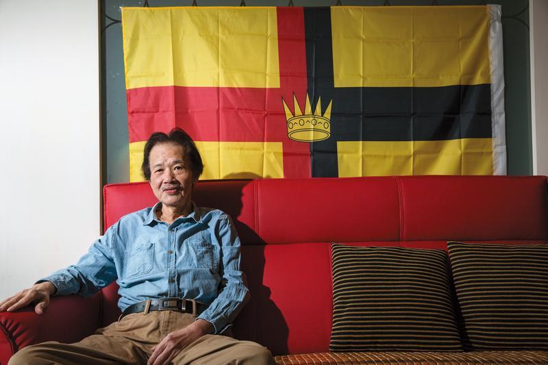 李永平家的客廳沙發牆面上,掛了一面「沙勞越共和國」國旗,沙勞越目前隸屬馬來西亞的一部分,其實從未真正獨立,但是他用政治立場,來緬懷永恆的精神原鄉。