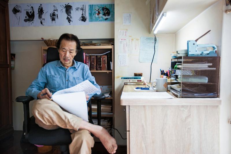 幾坪大的書房裡, 只有電扇、書桌、床, 和幾幢書架, 卻擎起了李永平無限浩瀚的想像世界。