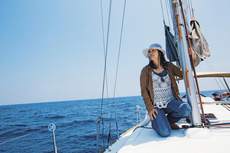 葉麗萍和丈夫賣船上岸,3年多來不曾航海,這天她搭乘友人帆船,繞行龜山島1周。