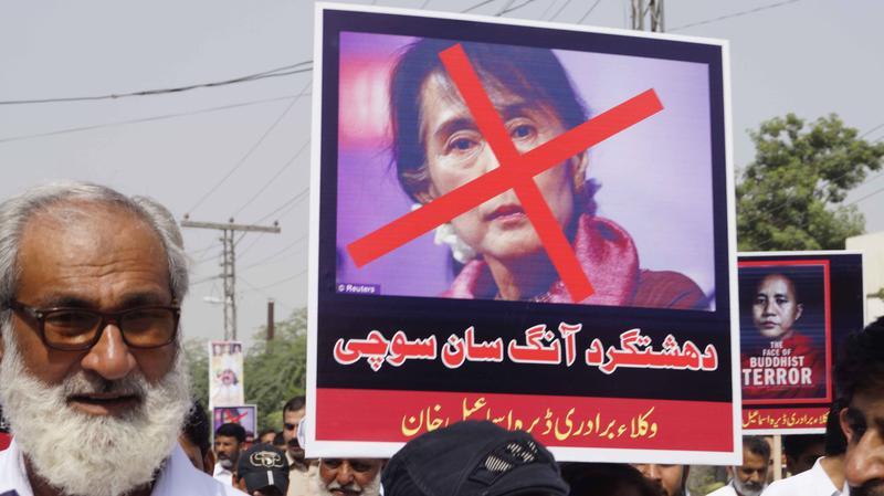 羅興亞人慘遭濫殺,多國民眾示威譴責緬甸領導人翁山蘇姬。圖為巴基斯坦街頭遊行。(東方IC)