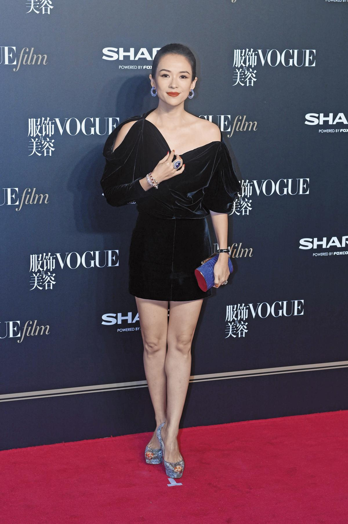 出席首映派對、又是跟時尚的《VOGUE》有關,穿著一身黑雖保守卻準不會出錯!章子怡華服穿盡,這回以Tom Ford 2017秋冬系列現身,絲絨材質讓她顯得雍容華貴。(東方IC)