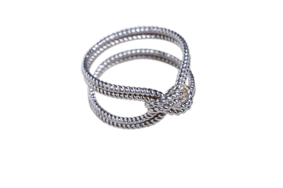 Lucy's交叉造型戒指。約NT$500