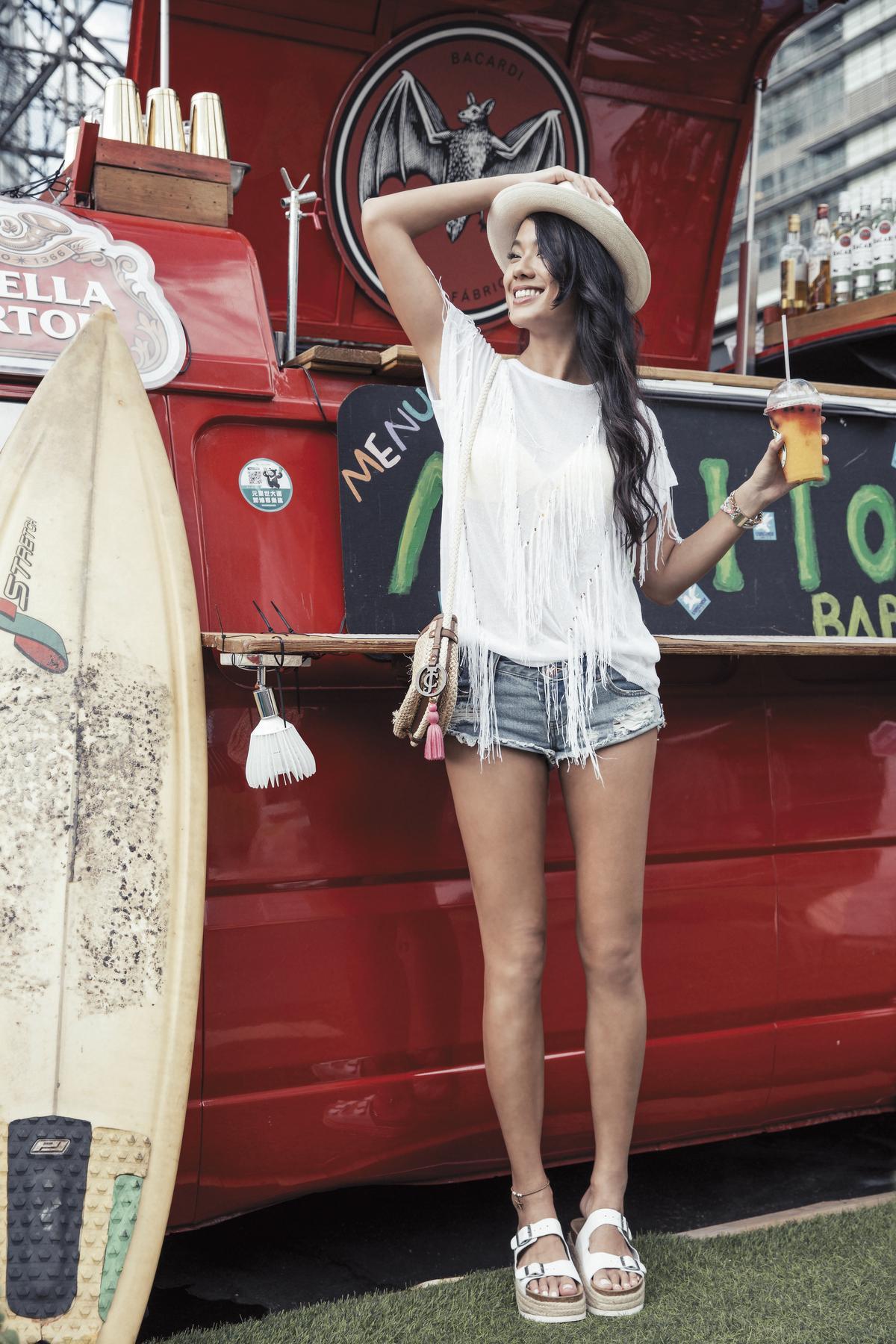 oda Swim黃色泳裝Bra。約NT$3,000 GEGINA白色罩衫。廠商贈送 ONE X ONETEASPOON丹寧短褲。約NT$3,000 Jeffrey Campbell白色拖鞋。約NT$3,600 Lucy's耳環。廠商贈送