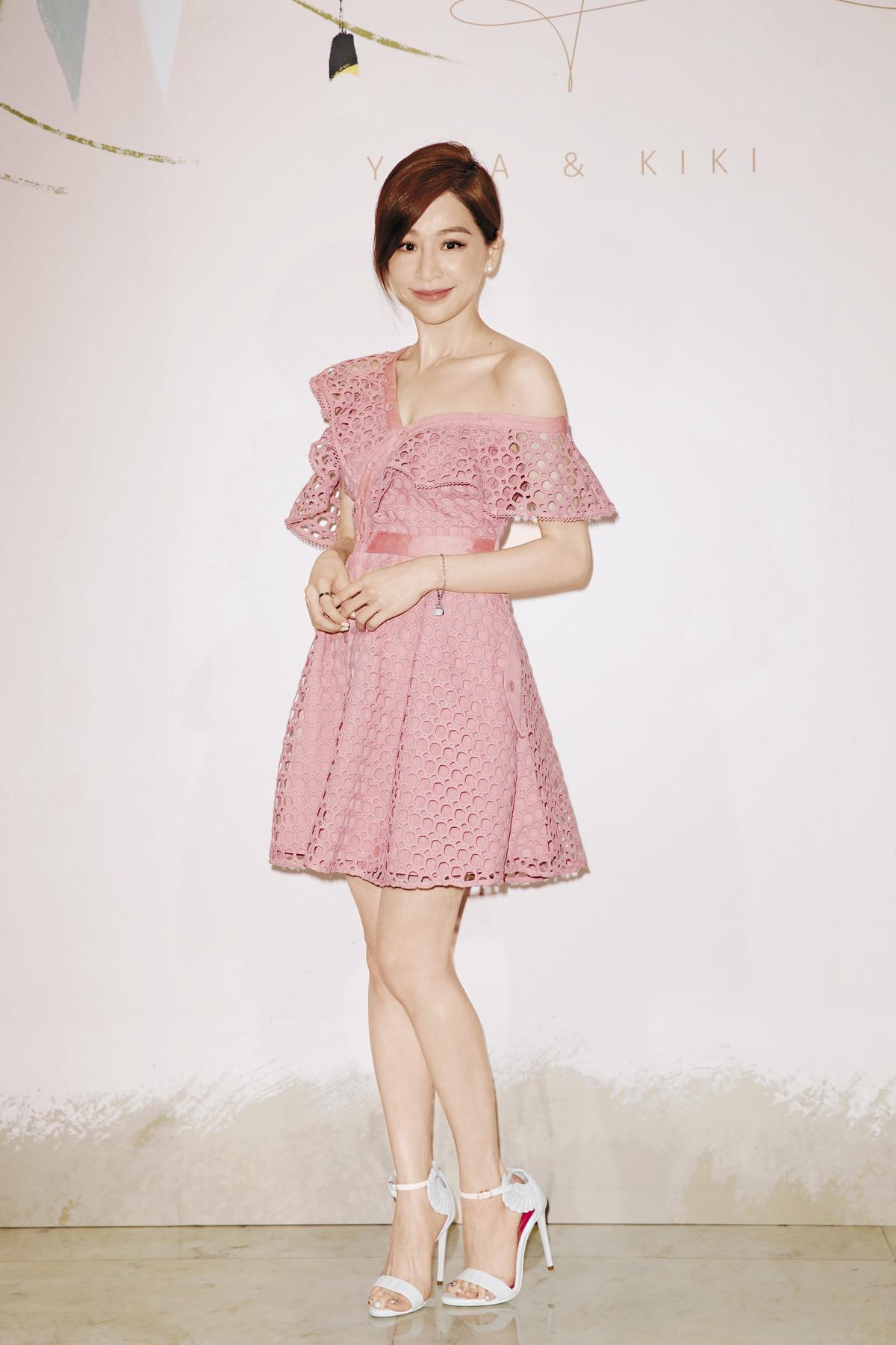 白皙透亮的王心凌,可說是粉紅色的最佳詮釋者;穿上近幾季的夯牌Self-Portrait小洋裝,將自己最美的優點全都露:從上到下的肩頸線條、鎖骨、細腿,無一遺漏。攝影:陳仁萱