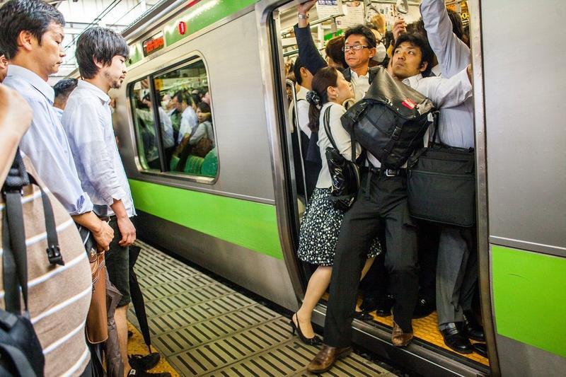 每到上下班尖峰時刻,東京的通勤列車,總能看到乘客擠爆門口的景象,正因為列車內實在擁擠,難免肢體碰撞,「鹹豬手」糾紛也經常上演。