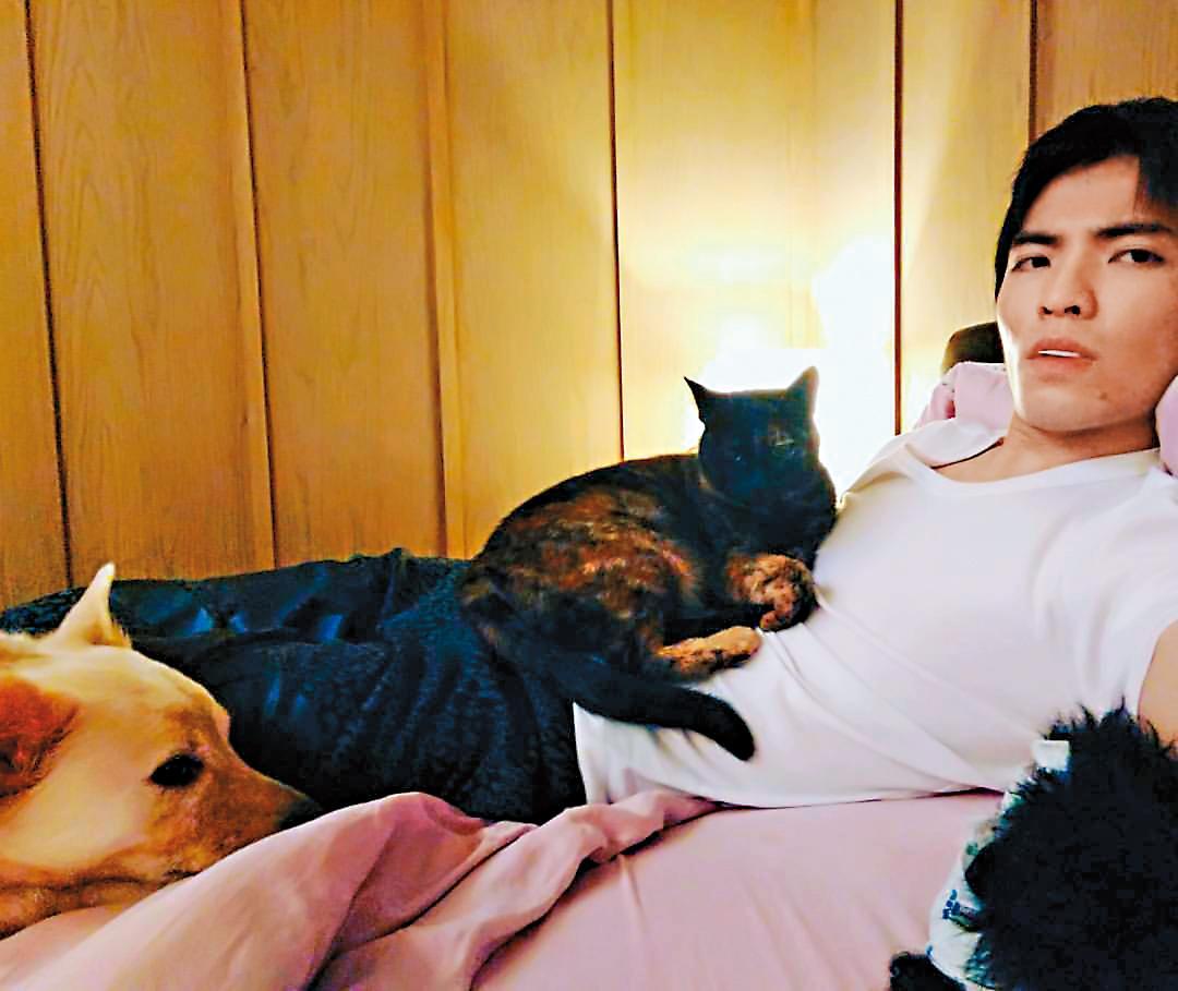 蕭敬騰認養5貓5狗,只要在家就放任毛小孩行動。(翻攝自蕭敬騰臉書)