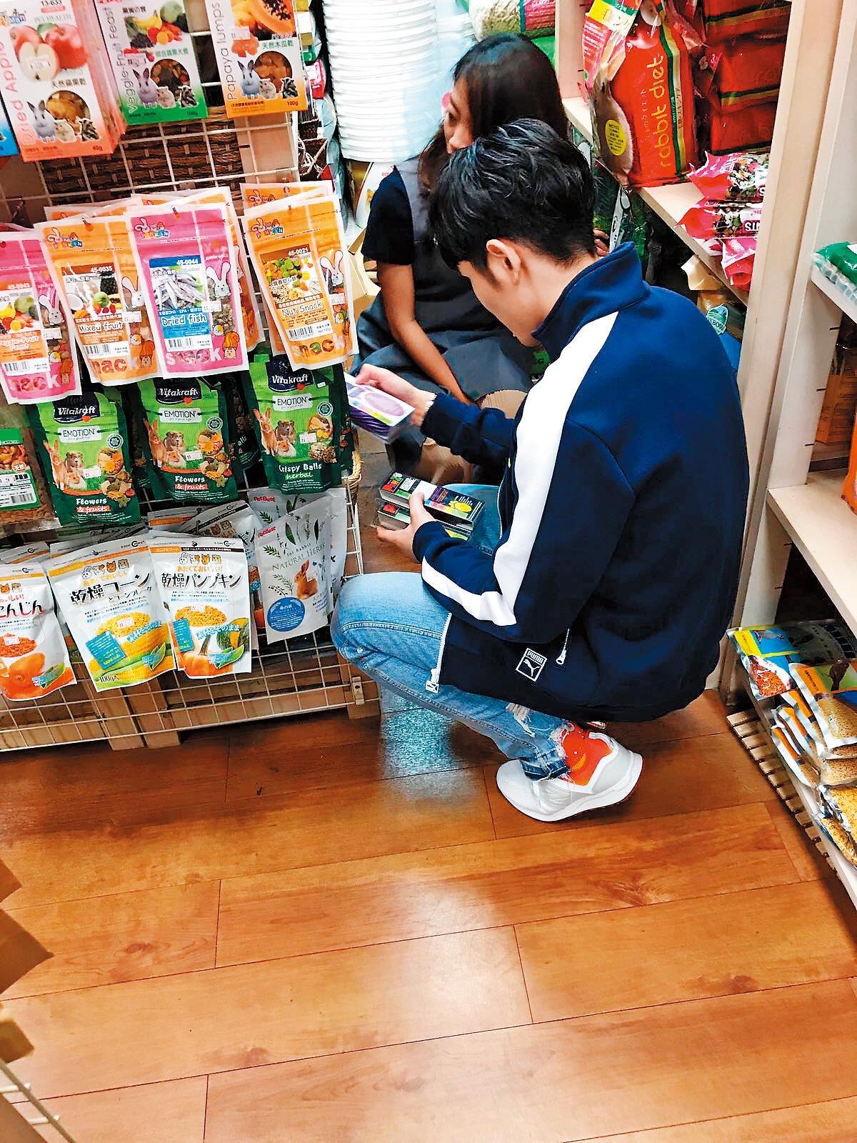 蕭敬騰在寵物店仔細研究毛小孩營養品,然後打包回家。