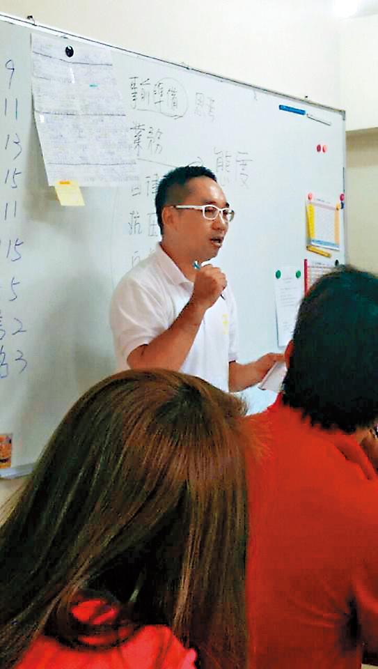 涂姓男子在杰能公司擔任專員,曾經上台分享業務經驗。(翻攝杰能管理顧問公司臉書)