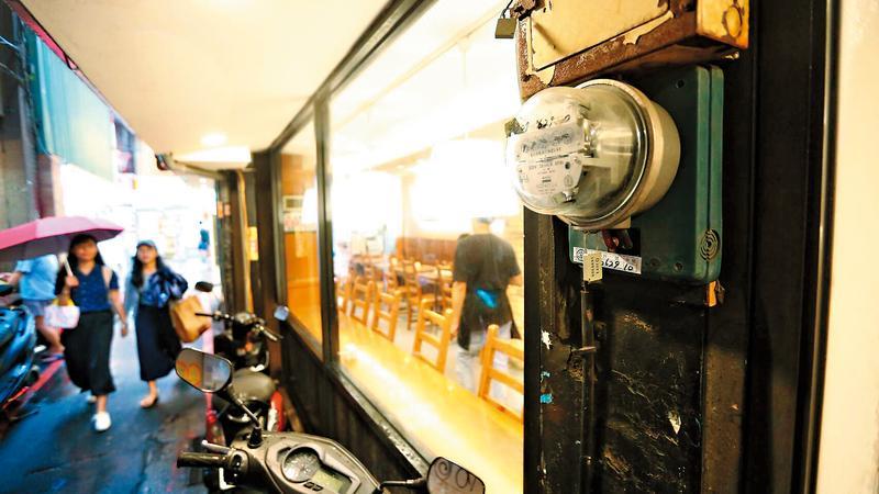 一般用電戶使用的機械型電表,僅能記錄累計度數,無法記錄不同時段的用電量。