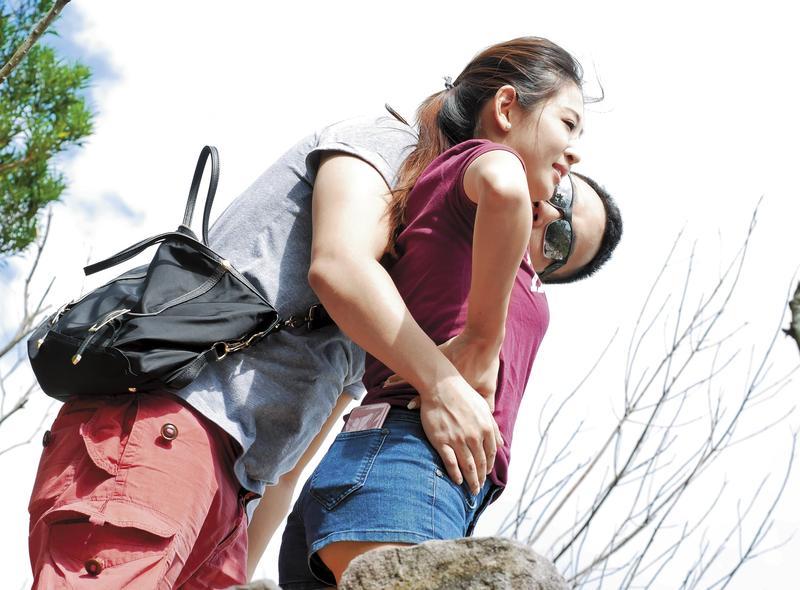 8月22日14:12,兩人爬上觀景台後,男友忍不住對趙筱葳親吻摟腰又摸屁。