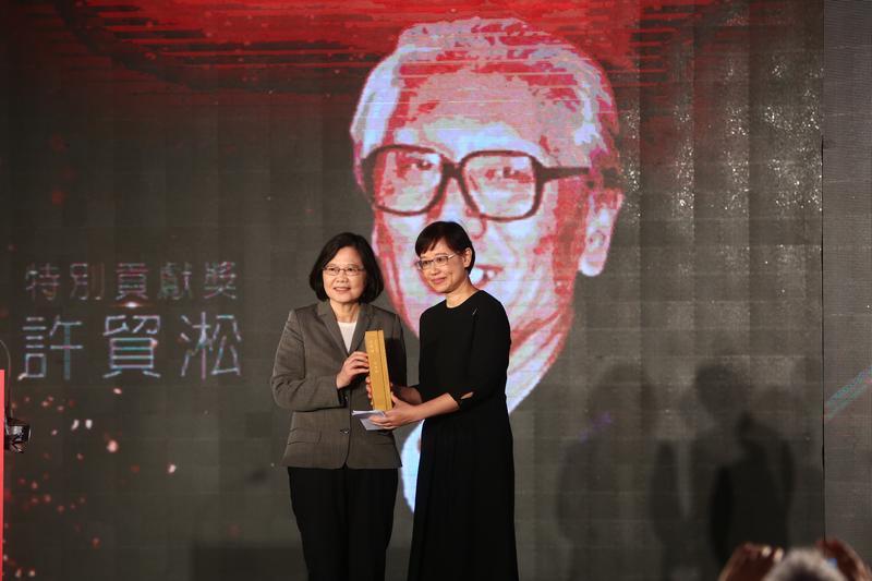 金漫獎開辦以來首度有總統出席,蔡總統並擔任頒獎人,右為特別貢獻獎得主許貿淞的女兒許綺芬。