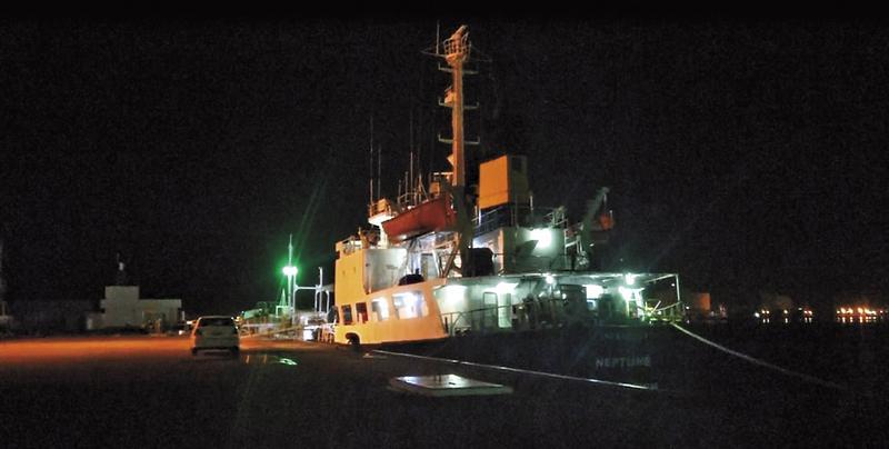 船齡35年的獅子山籍單殼油輪海王星號,利用深夜進入台中港,船員摸黑進行加油。