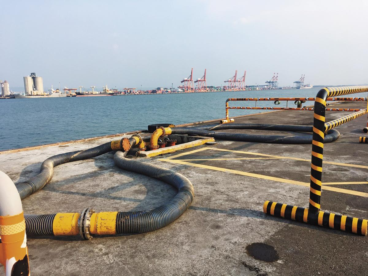 台中港西碼頭上的油管,提供外籍油輪填補燃油。