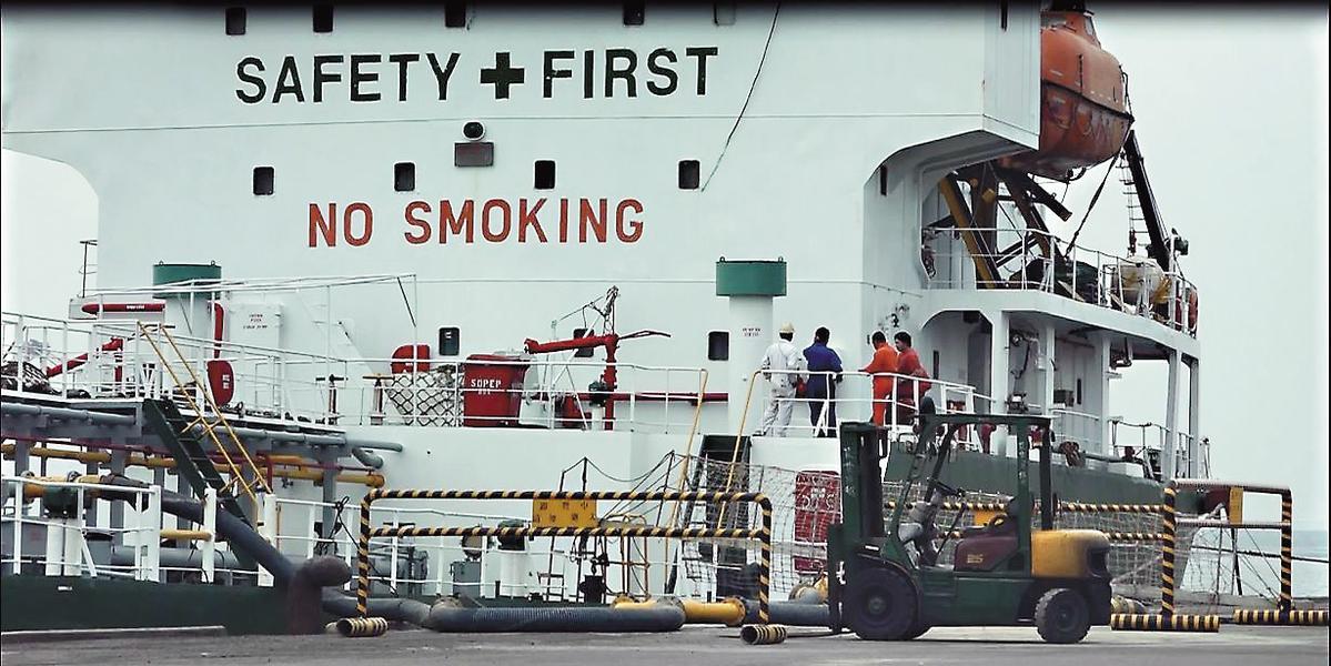 載重噸數超過5千噸的獅子山籍單殼油輪吉利168號,利用清晨時分進港加油。