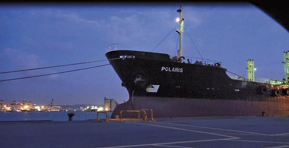 船齡達32年的多明尼加籍單殼油輪北斗星號,被本刊直擊趁著夜色進港加油。