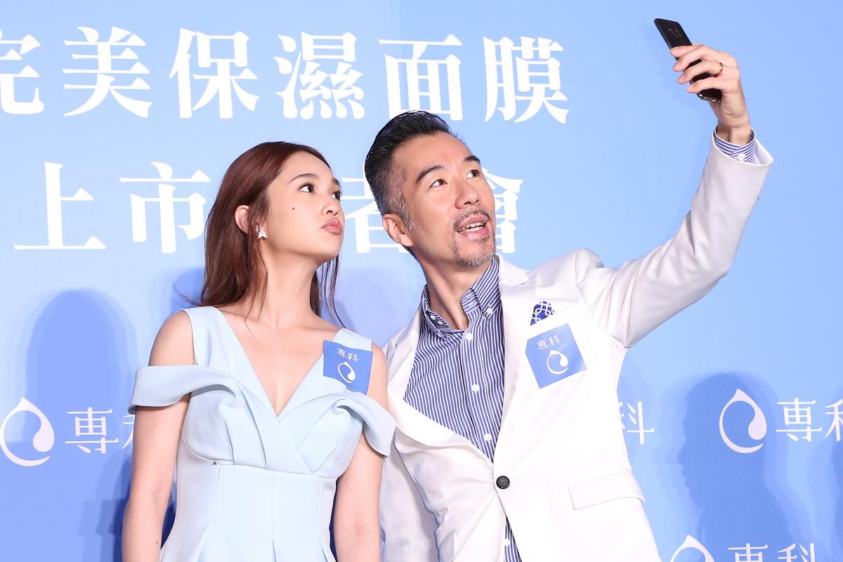 楊丞琳出席保養品活動,與主持人張兆志自拍。