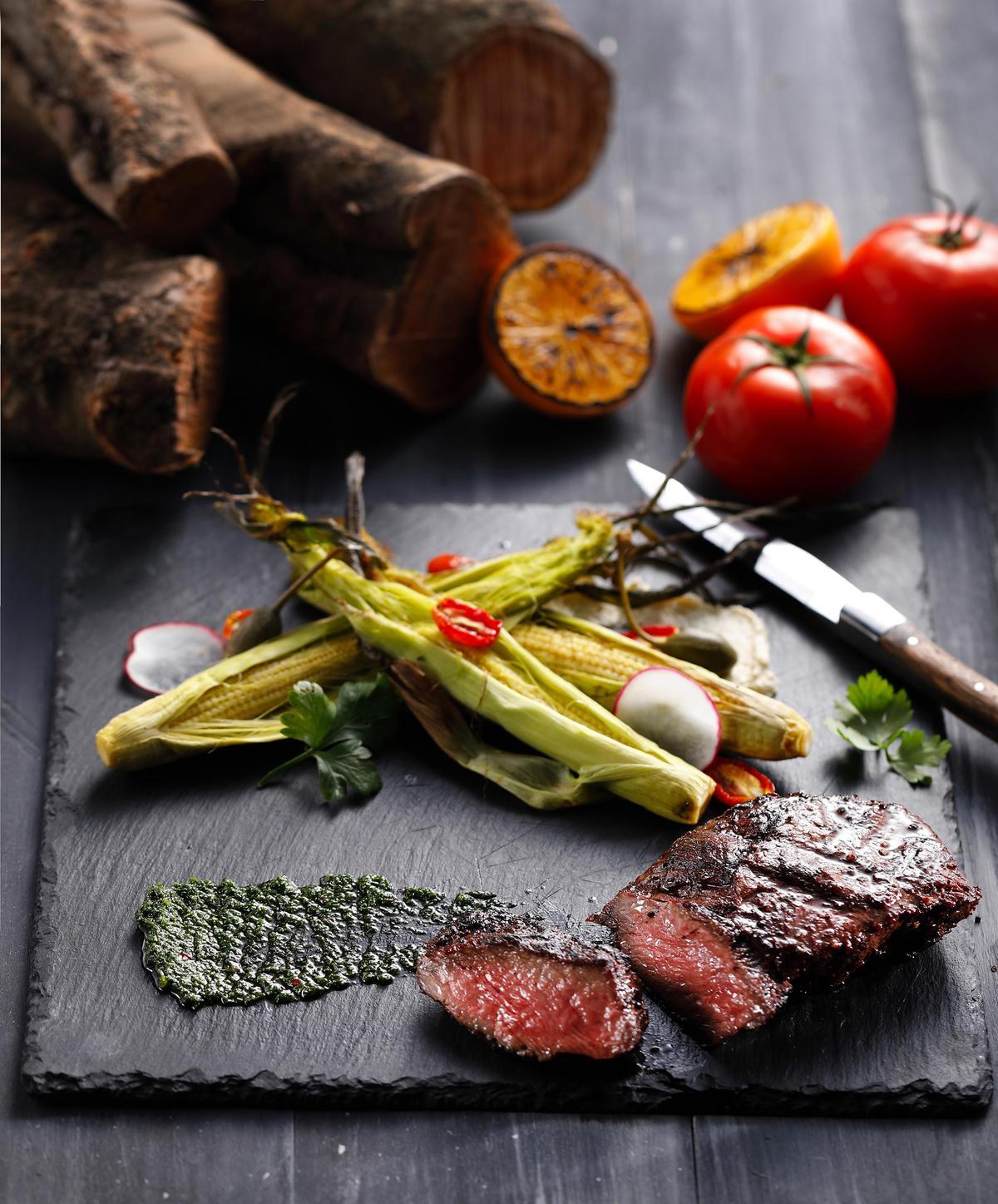 「美國Choice丹佛牛排」取牛肩胛部位製作,嚼感十足,炭香味濃,沾點用芝麻葉、巴西里與油醋調成的阿根廷醬,會多一股葉草香。(800元/份)