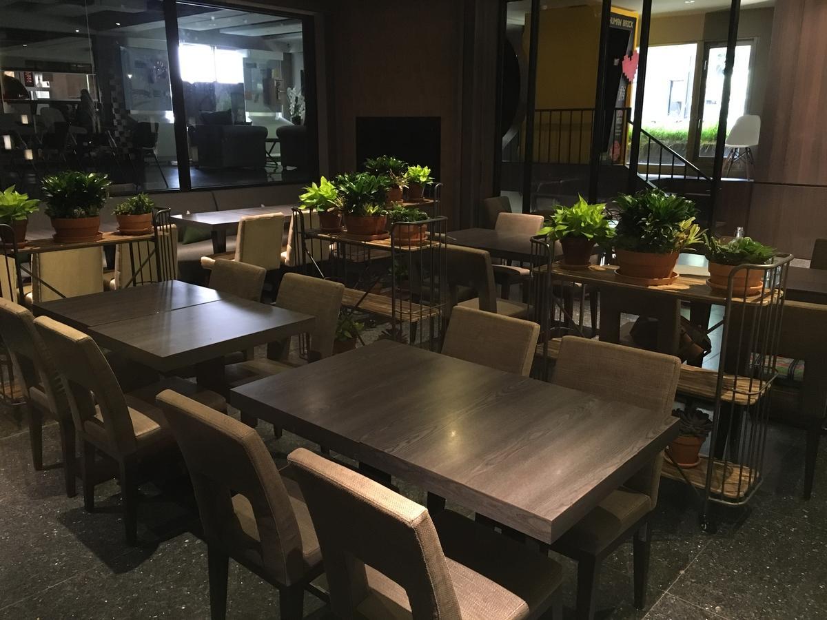 佇立座位旁的盆栽架,讓用餐時多了一股自然氣息。