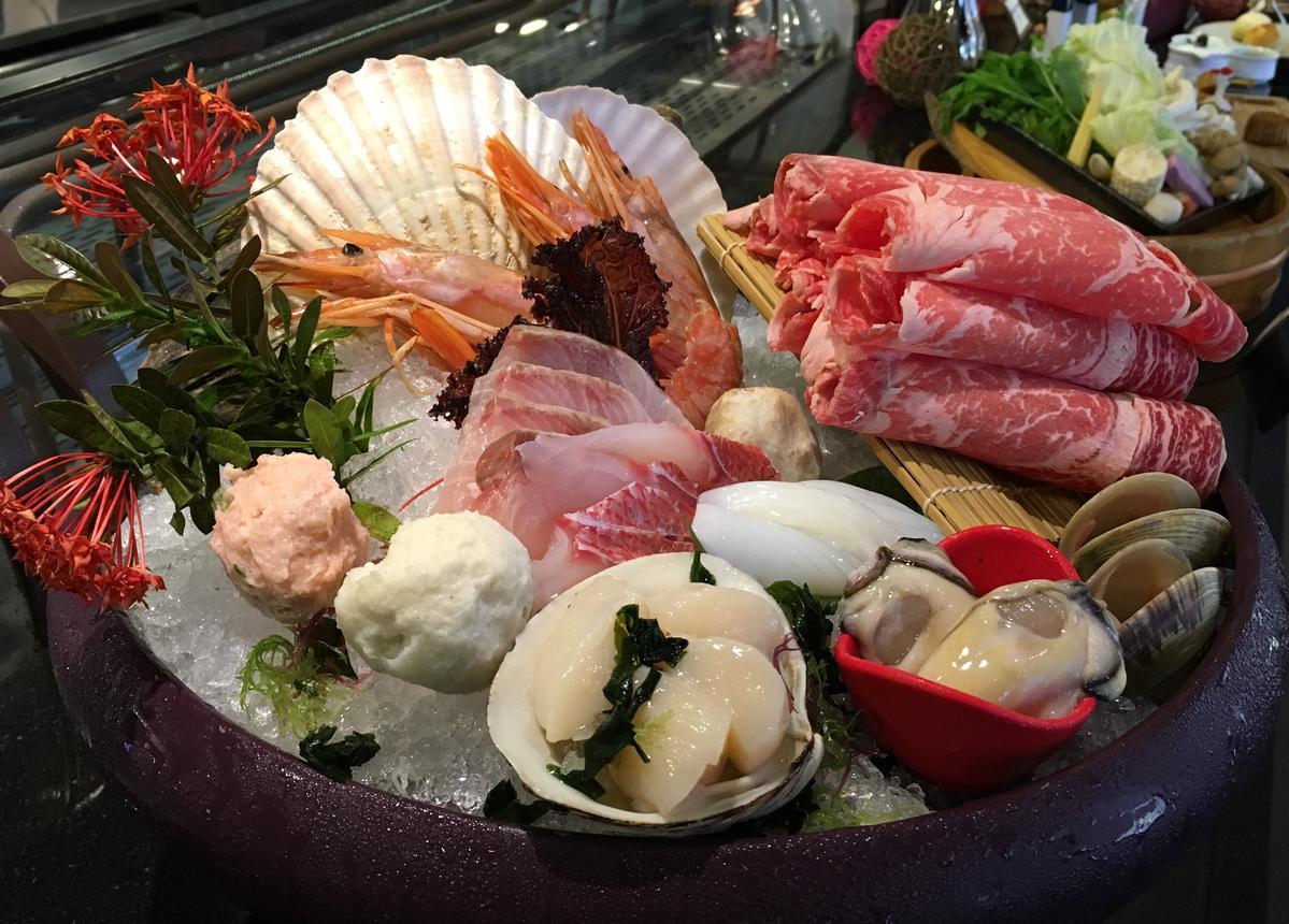 「特選海陸盤」除了有頂級牛肉,還有廣島牡蠣和天使紅蝦等高檔海鮮食材。(1,880元/套餐)