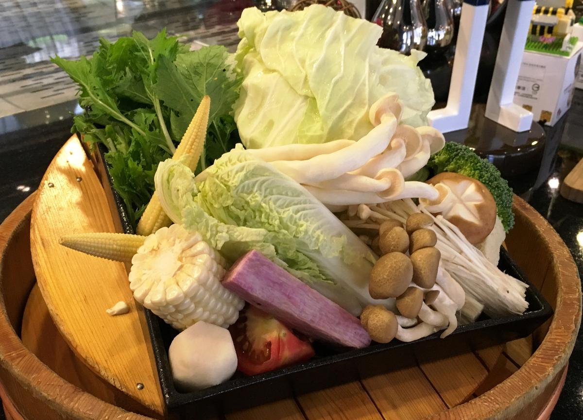 套餐中超過10種品項的季節蔬菜盤能解肉膩。