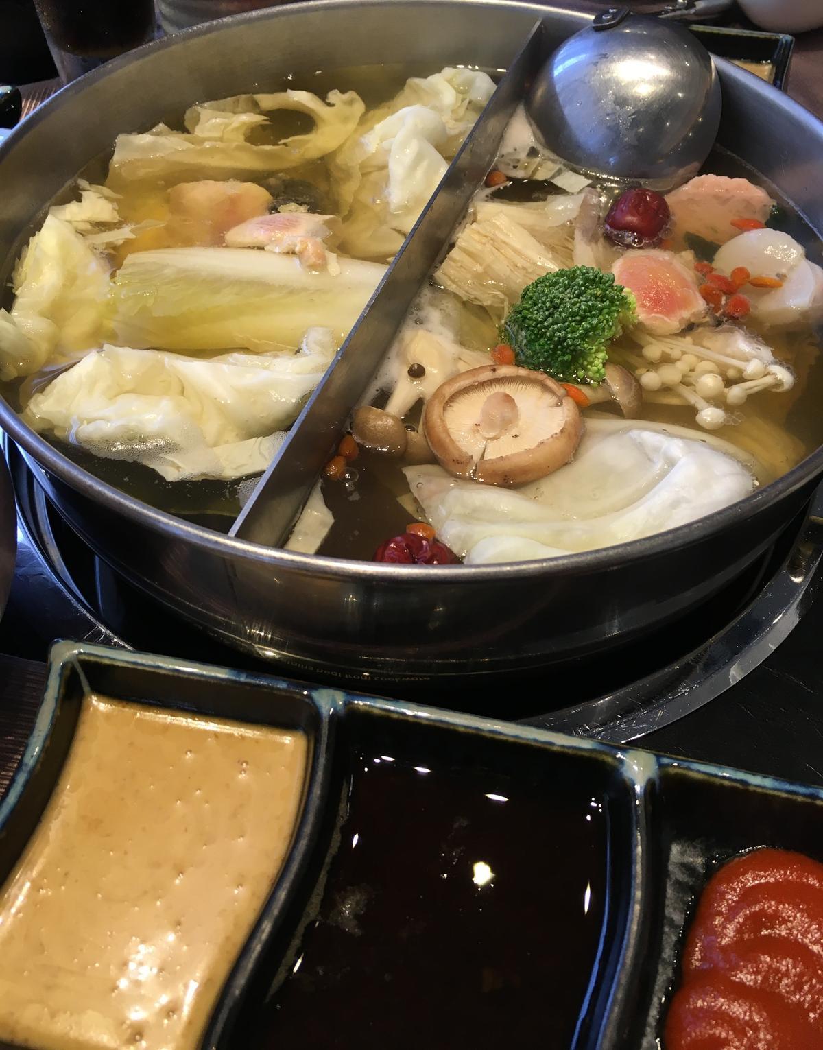 火鍋沾醬有胡麻醬、果醋醬和韓式辣醬。