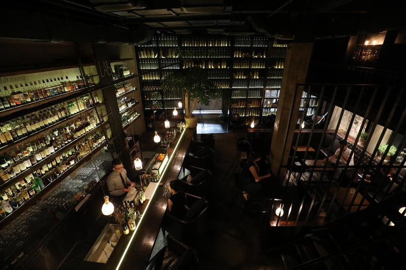 作為以威士忌為靈魂的主題酒吧,雖已開張5年,「Lab Whisky & Cocktail實驗室」的工業風裝潢並不顯得落伍,反而更有吸引力。