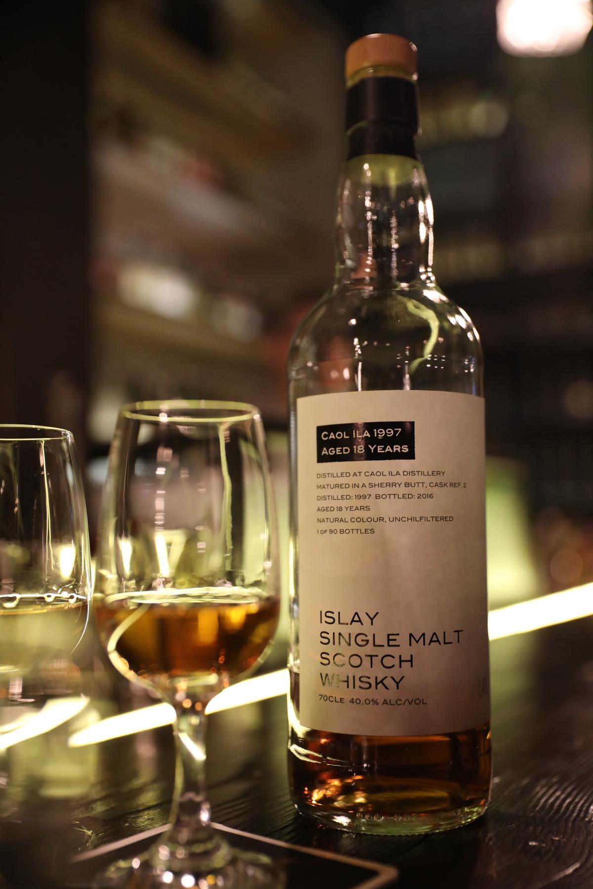 只在Lab喝得到的獨家訂製威士忌,洋溢實驗室風格的簡潔酒標,是老闆Chris的想法,標示著產自艾雷島、18年桶陳、2016 裝瓶等資訊。(人民幣195 元/杯,約NT$898)