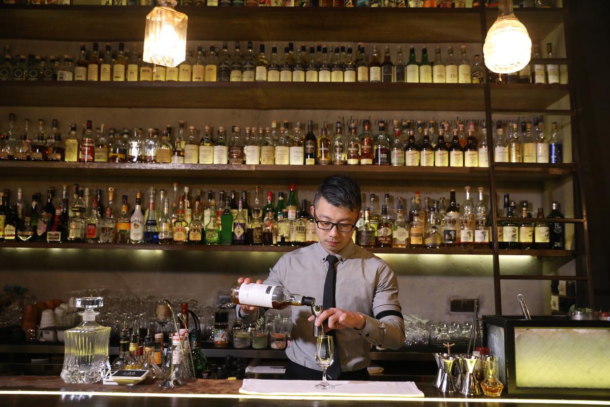 調酒師石銳(Jerry)除了具備創意,更擁有豐富的酒類知識,能應對客人對威士忌天馬行空的提問。