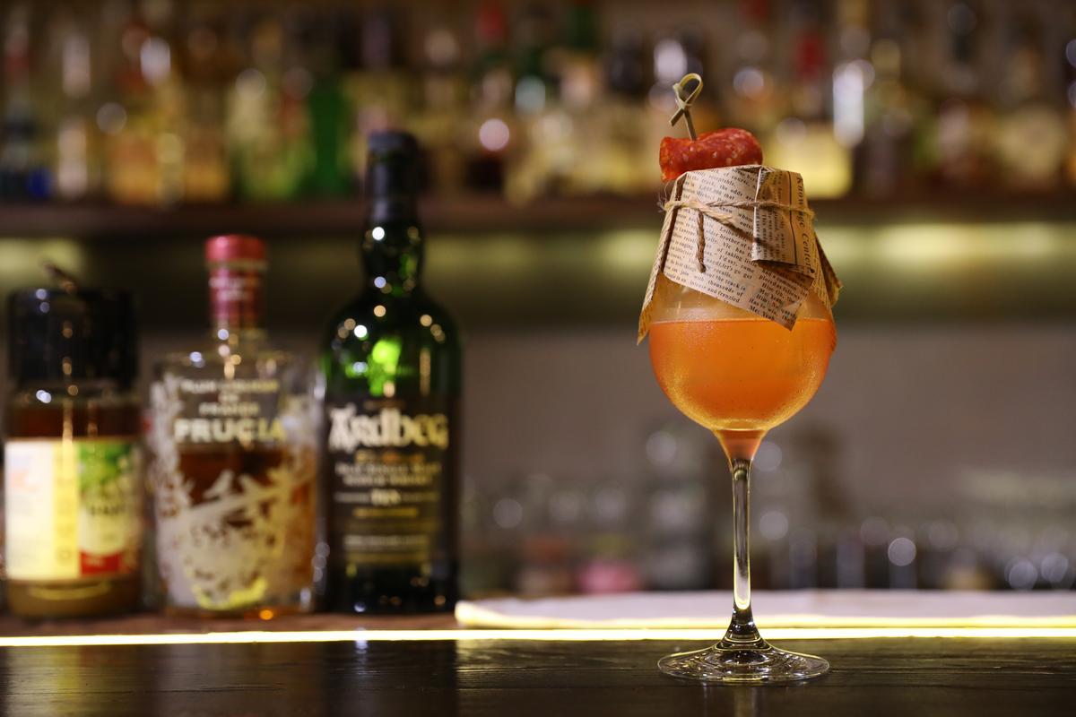 這杯「蘇格蘭短裙」以Ardbig10年威士忌為主調,融合蜜李酒、苦精,以及點綴其上的臘腸,充分表現煙燻風味。(人民幣105元/杯,約NT$482)