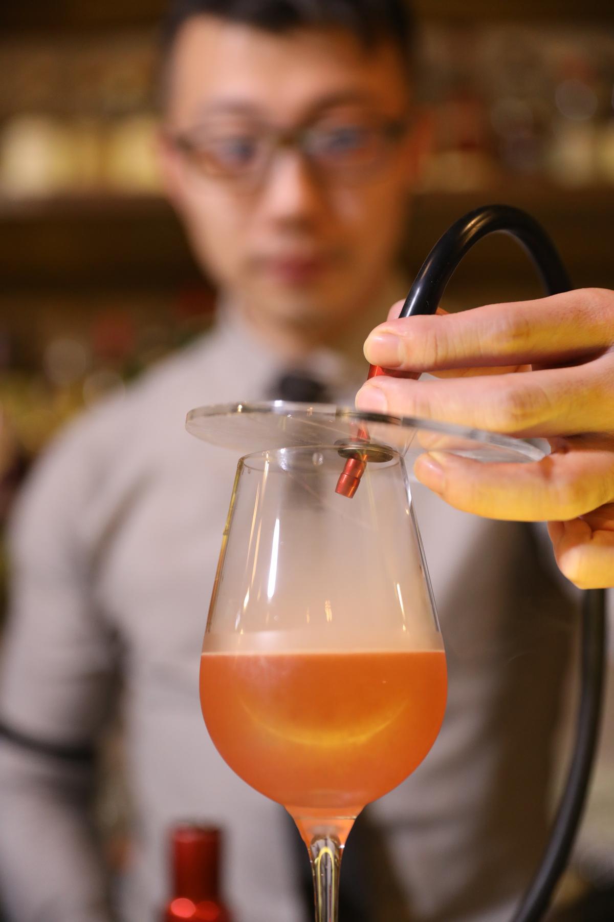 以煙霧表現煙燻味,是調酒界的新流行。