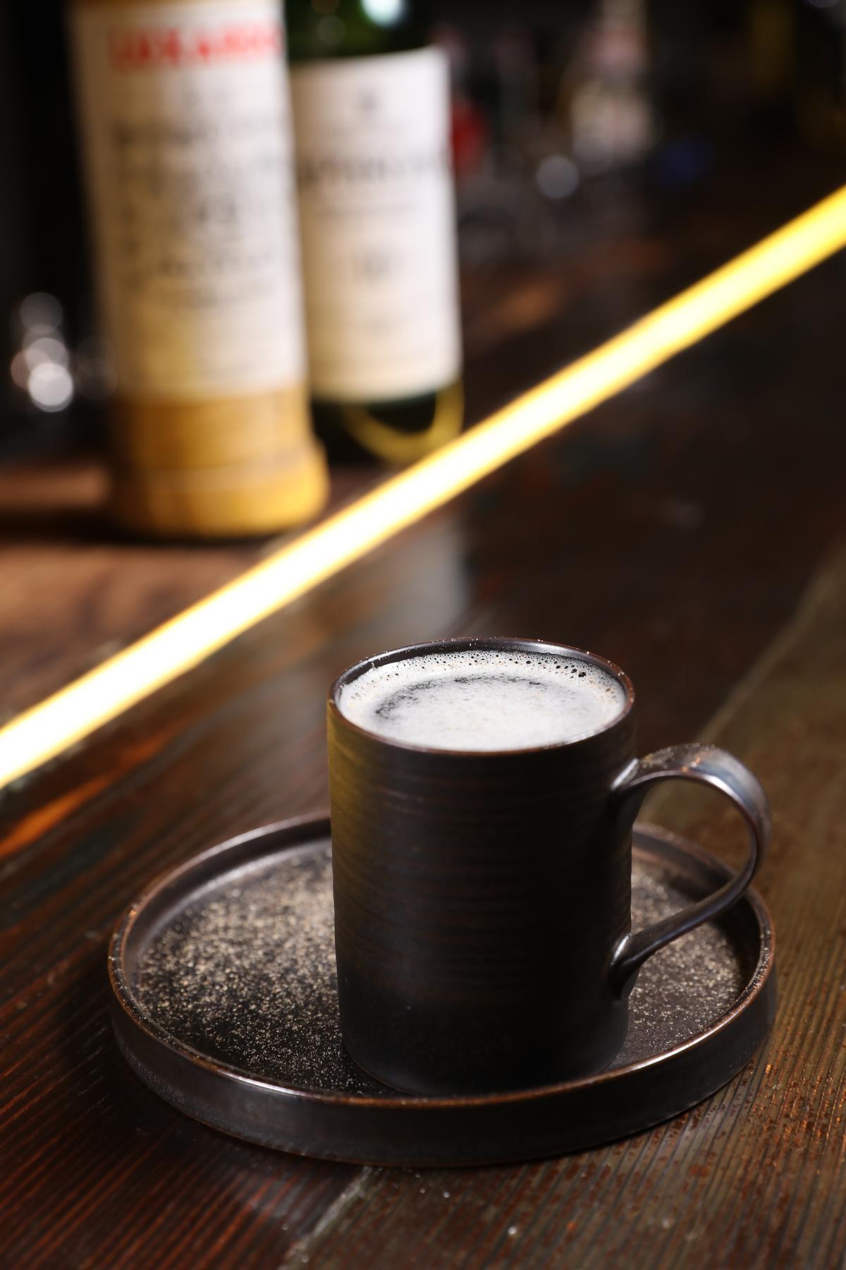 在咖啡盤撒上肉豆蔻粉,象徵沙灘的「遺忘海」,是Laphroalg10 年威士忌與櫻桃酒、檸檬汁與白巧克力糖漿組成的酸甜滋味。(人民幣90元/杯,約NT$413)