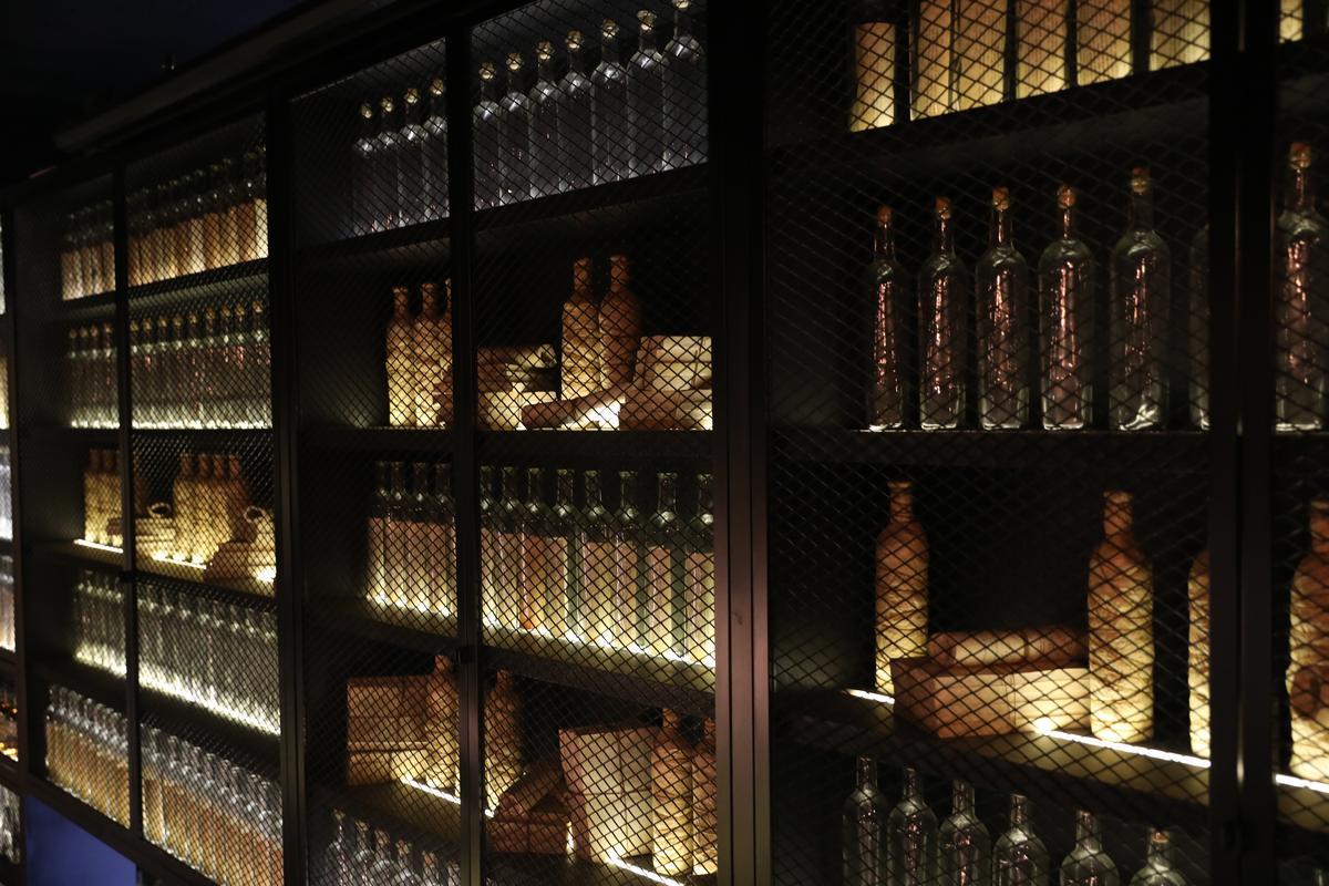Lab的許多牆面以酒瓶組成,彰顯實驗室意象。