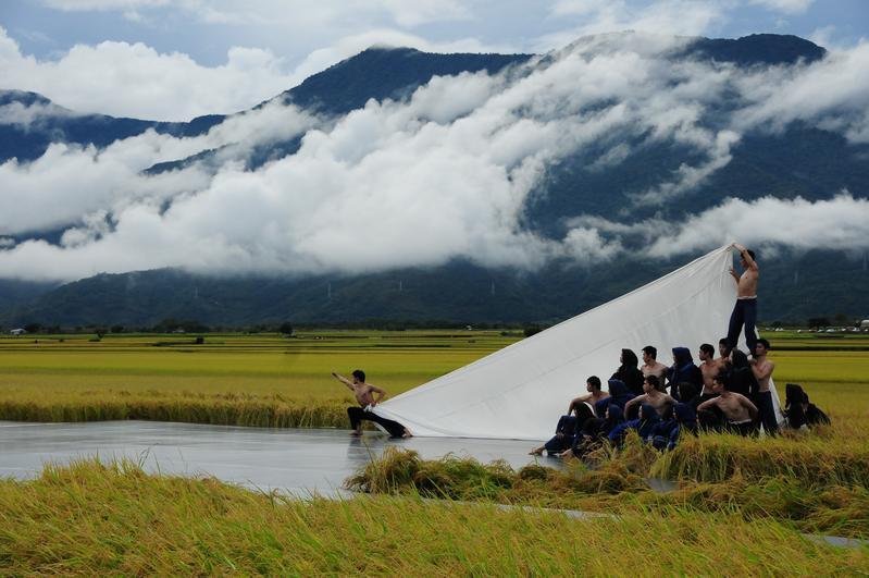 稻田收割前夕,「池上秋收稻穗音樂節」在雲瀑山嵐中磅礡上場。(台灣好基金會提供)
