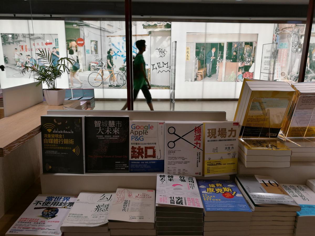 書店窗外的攝影展,彷彿把地上真實街景重現。