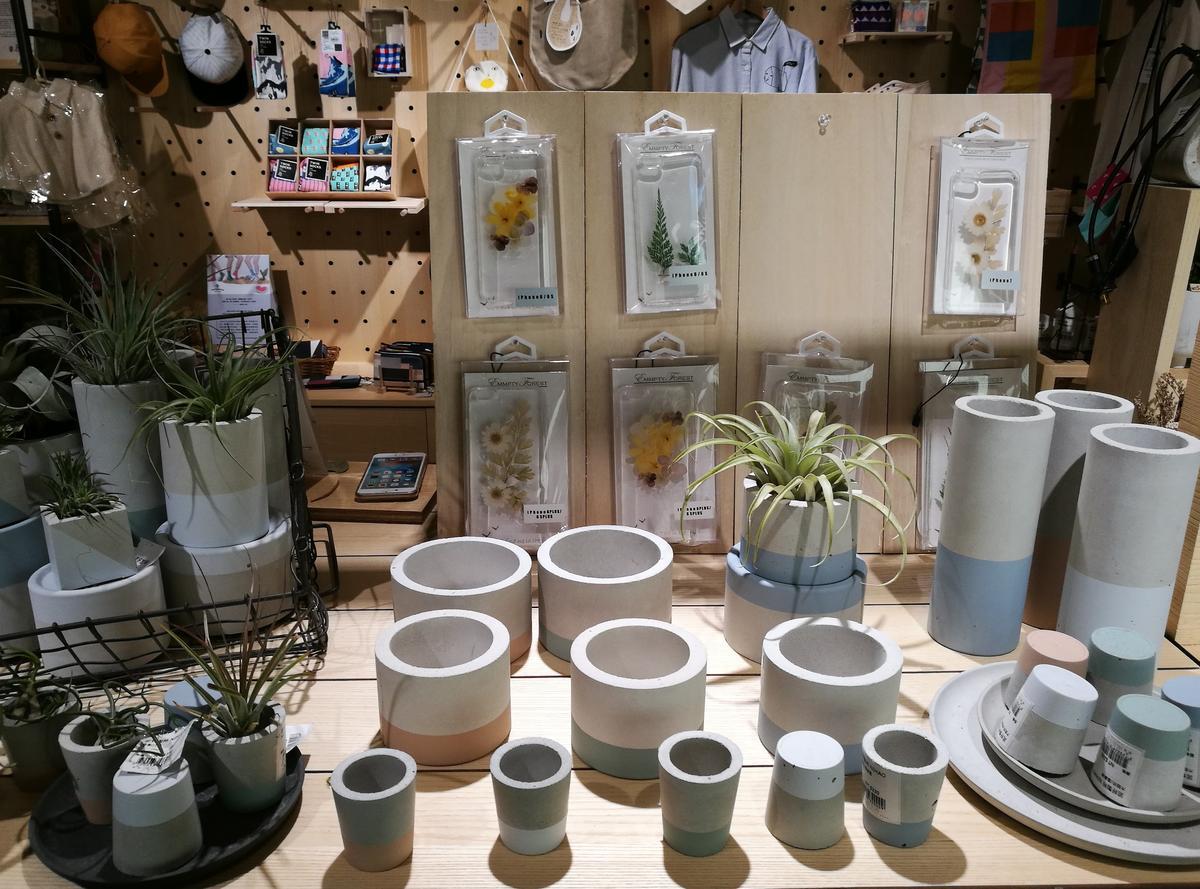 「誠品R79」裡以水泥製作盆栽容器的創意小店。