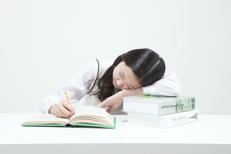 在台式升學主義下,學生們「今天起要熬夜讀書到兩點贏過隔壁的同學」的想法,是社會的淺移默化?還是孩子們自己的想法?(東方IC)
