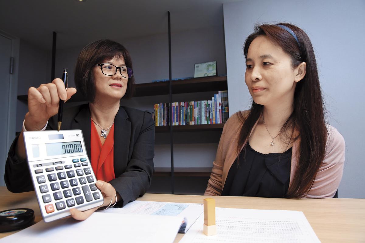 富盈睿智保經業務總監黃月女(左)強調,實支實付醫療險雖然保障大,但不是付多少醫療費就賠多少,而是在理賠額度內實支實付。