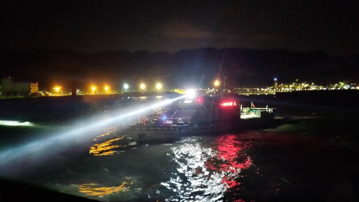 八斗子漁港傳有釣客落海,海巡人員連夜搜索港區。