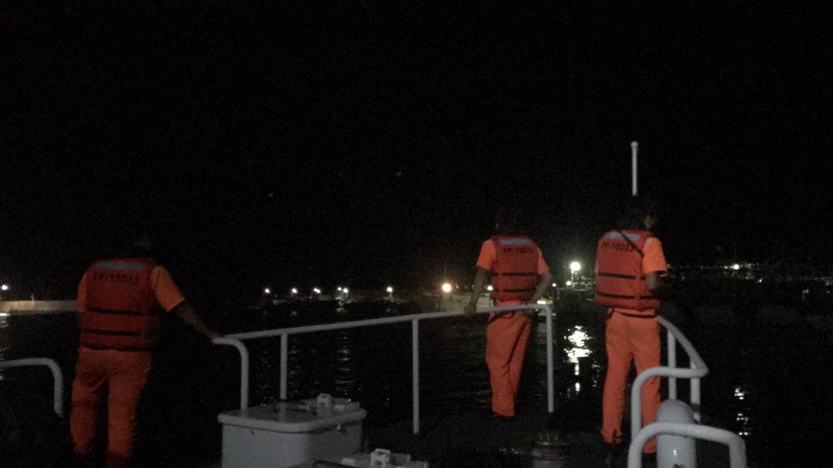 海巡艇在港區內不停打探照燈搜索落海者。
