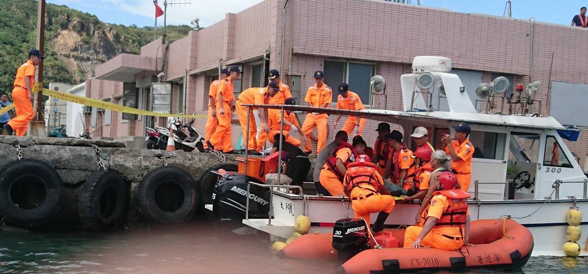 岸巡人員發現落海死者大體,將其打撈上岸交由警方處理。