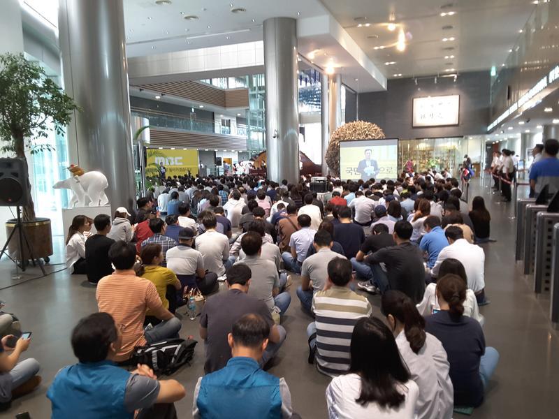 9月5日,MBC工會發動罷工第2天,參與抗爭的電視台職員,包括記者、主播與製作人等,席地而坐,參與集會,要求親保守派干預報導自由的社長下台。