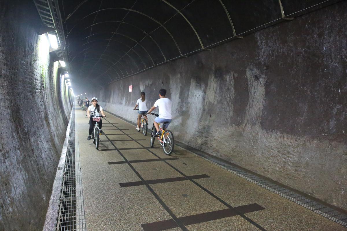 隧道內路面平緩好走,騎乘十分愜意。