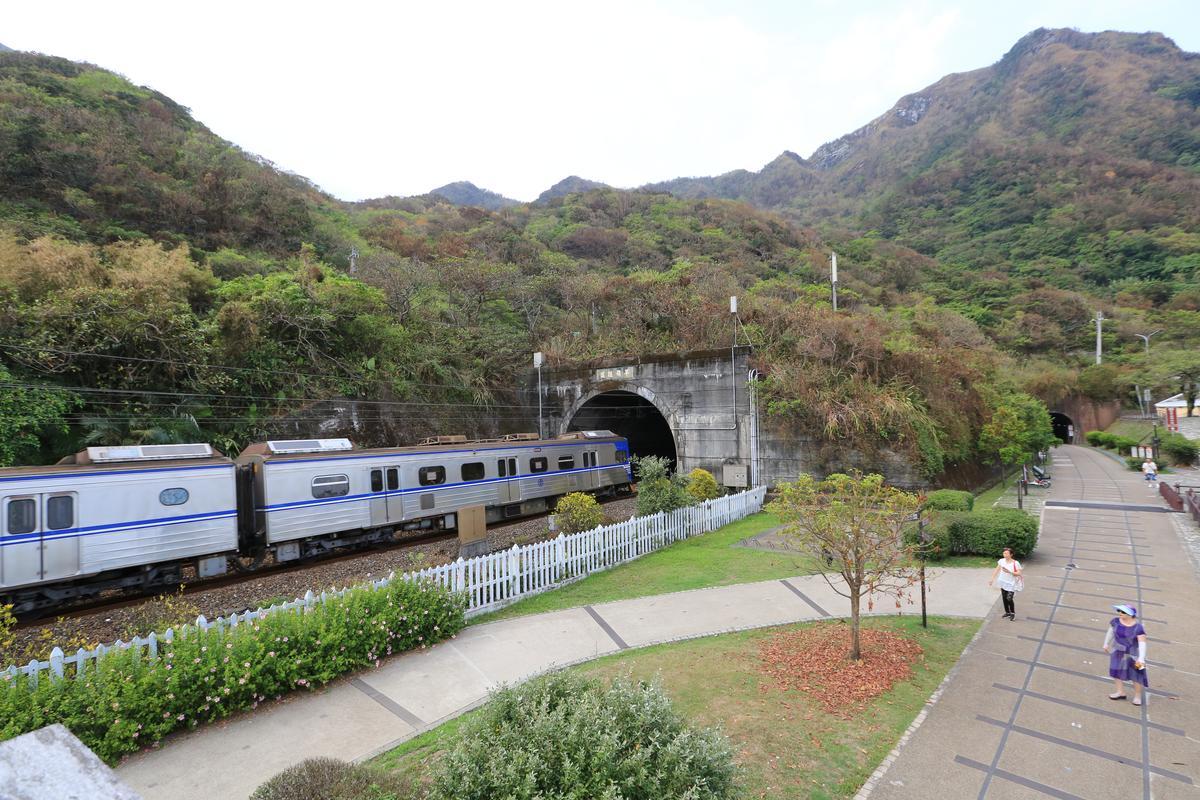 在舊草嶺隧道石城端,可以看到新隧道火車通行。