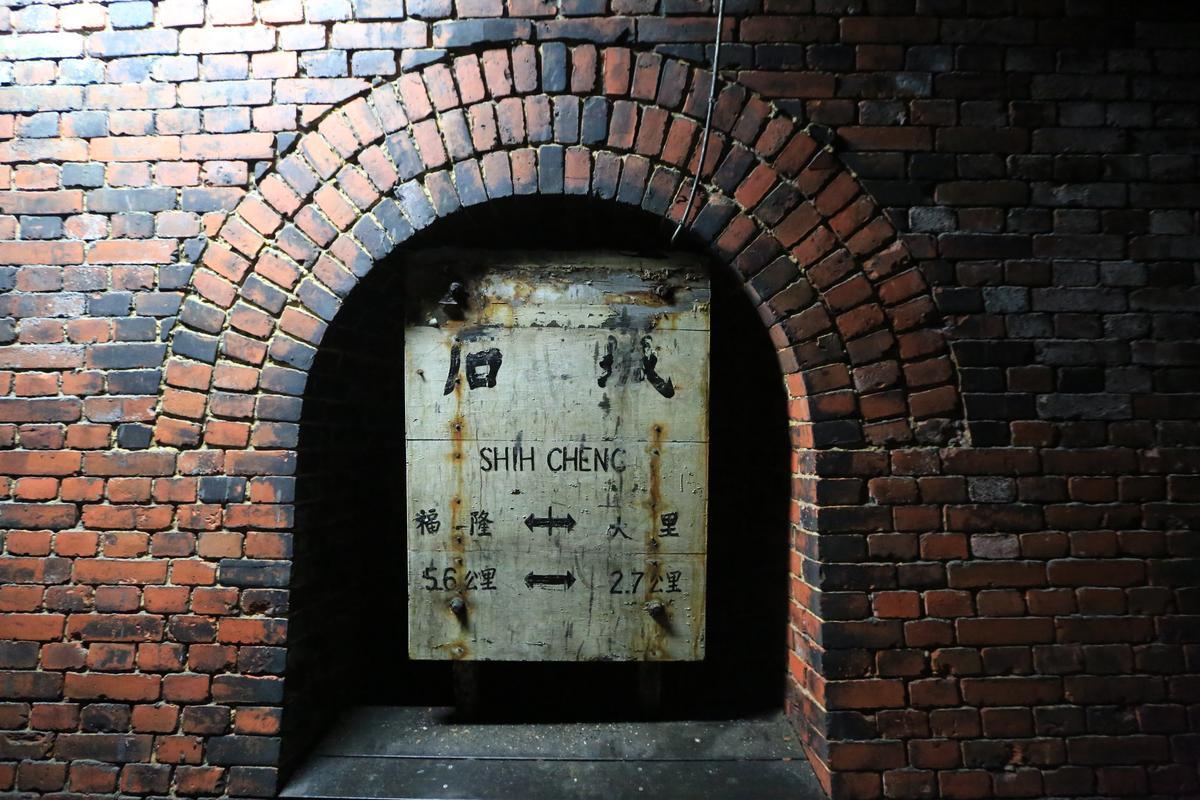 隧道內隱藏了數個老車牌,讓人懷念。