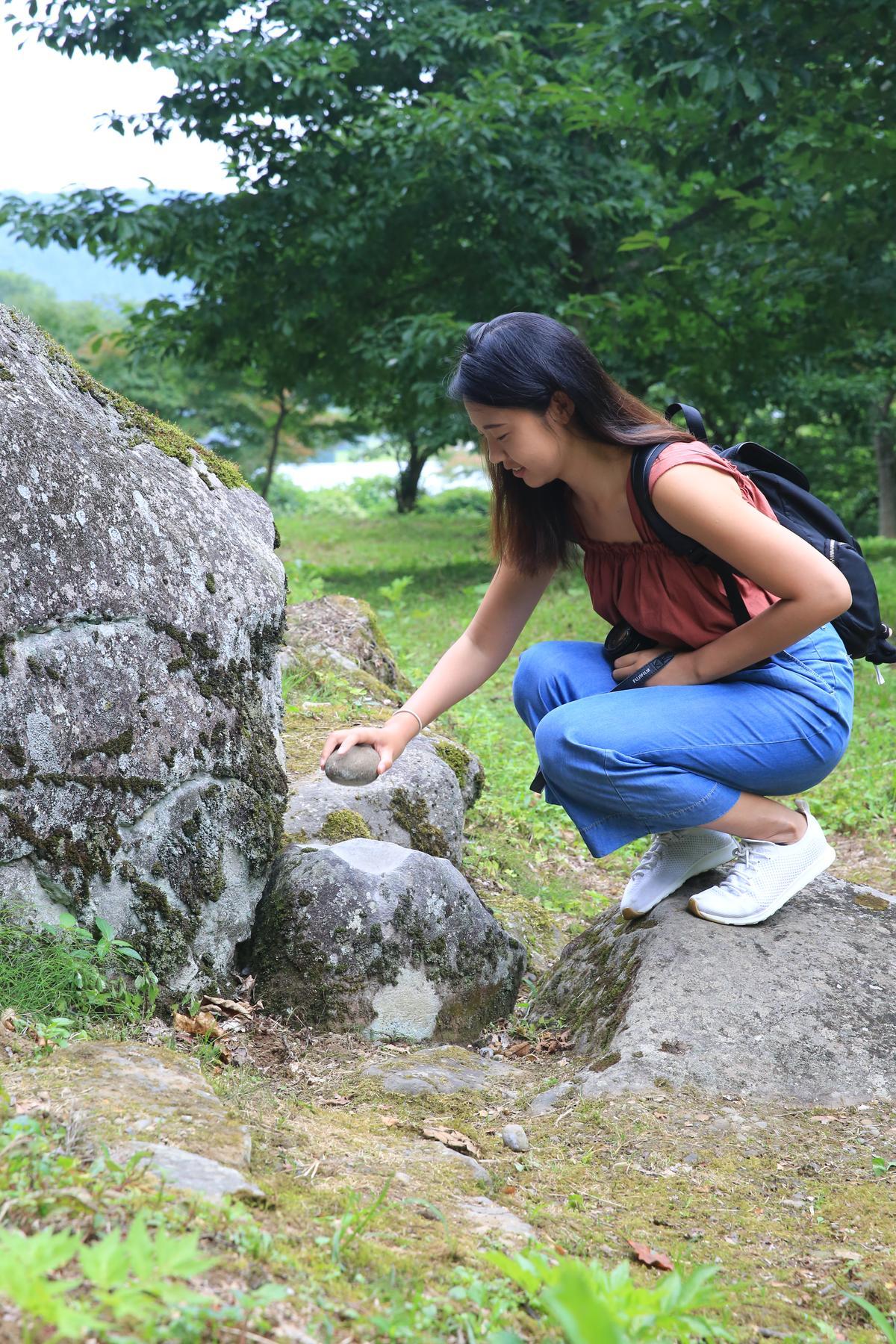 拿著石頭敲出自己年紀的數目,即可許願。