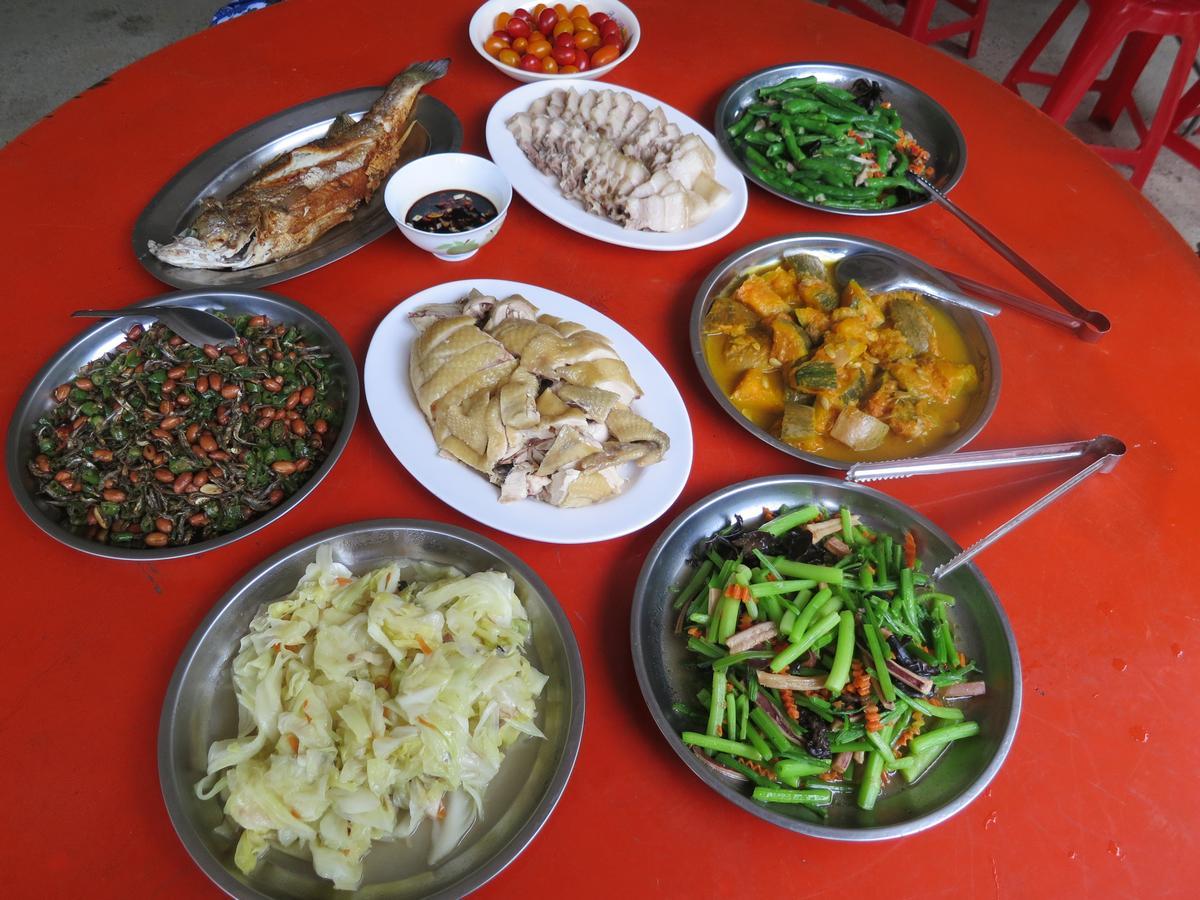 一大桌澎湃鄉村風味餐,吃完就可以上工了。