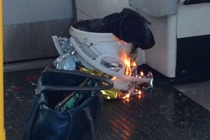地鐵的車廂內發現塑膠桶內燃燒的爆裂物。(翻攝自twitter)