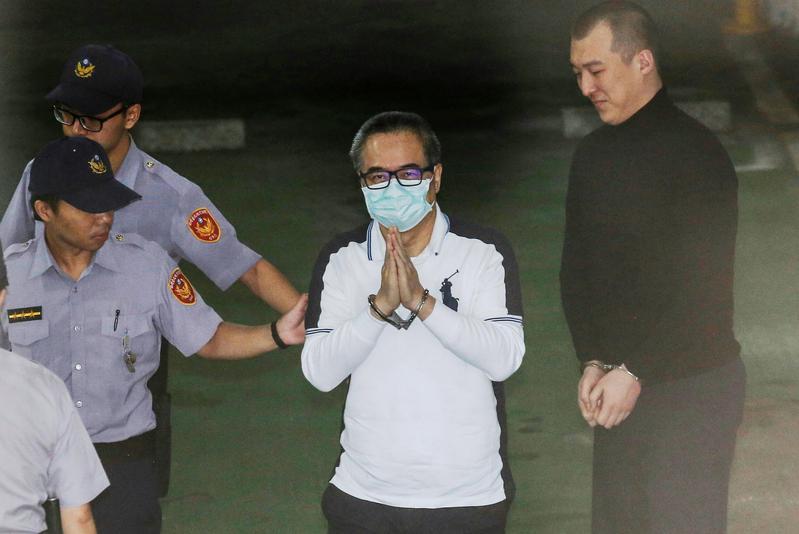 前立委蔡正元擔任中影董事長期間,涉吞公款3.7億遭偵辦,今延押案開庭,他仍是雙手合十面對鏡頭。