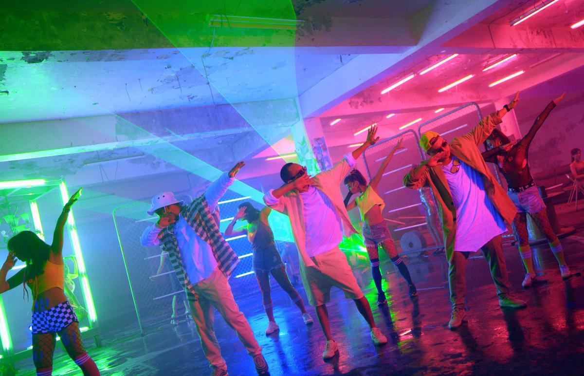 〈沒你我沒差〉找來10個辣妹一起熱舞開趴同歡,MV後來卻變成女鬼狂追玖壹壹。